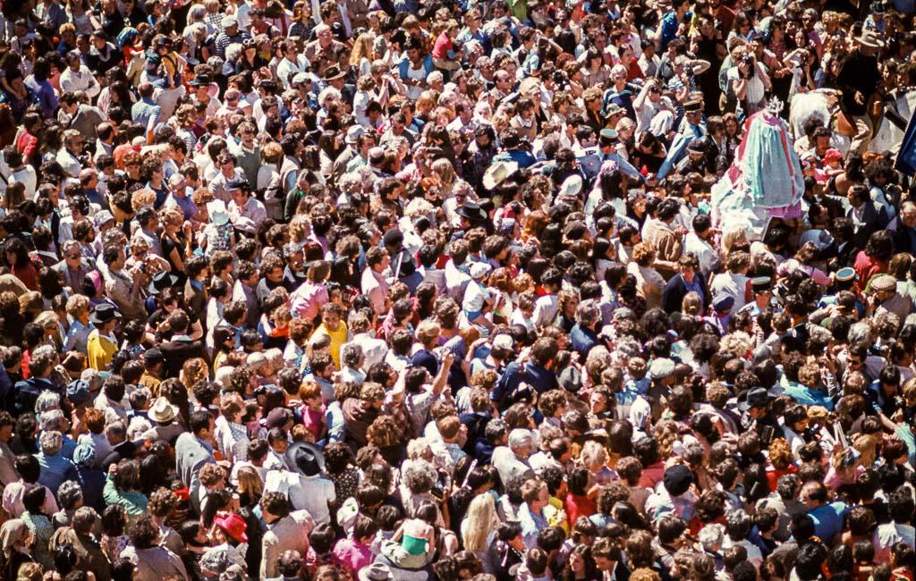 """Tausendfach erschallen die Rufe: """"Vive Sainte Sara"""" auf der Prozession durch die Stadt bis zum Strand / © FrontRowSociety.net, Foto: Georg Berg"""
