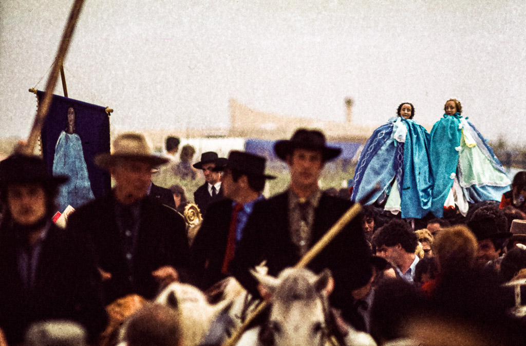 Begleitet von berittenen Gardians, den Cowboys der Camargue, werden jedes Jahr am 24. Mai die heiligen Marienstatuen durch das Dorf Saintes-Maries-de-la-Mer bis zum Strand getragen / © FrontRowSociety.net, Foto: Georg Berg