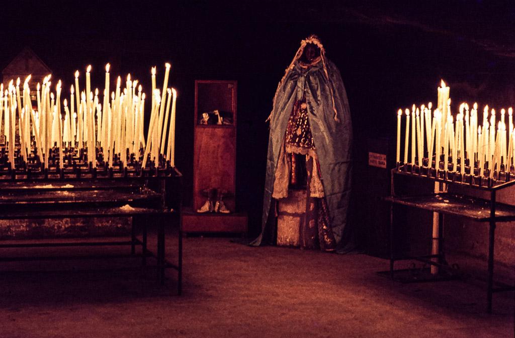 Hunderte Kerzen erleuchten und erhitzen die Krypta der Kirche Notre-Dame-des-Saintes-Maries / © FrontRowSociety.net, Foto: Georg Berg