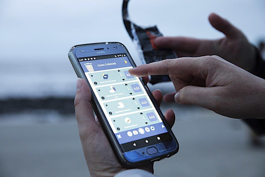 Mit der App Marine Debris Tracker können Menschen auf einfache Weise auf Plastikverschmutzung hinweisen