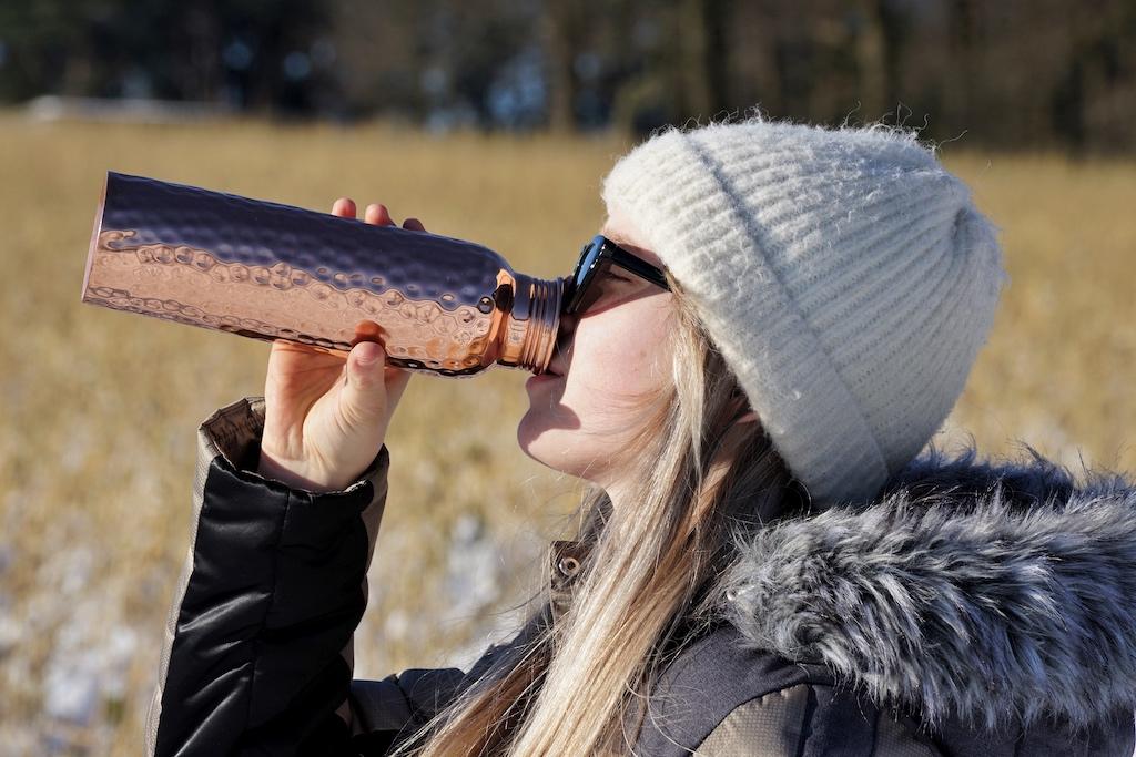 Wasser, welches mit Kupfer in Verbindung kommt, steigert den pH-Wert und macht es alkalisch. Trinkflaschen aus Kupfer sollen gesundheitliche Vorteile haben und werden u.a. von Ayurveda- und Gesundheitsexperten empfohlen