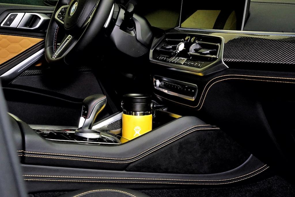 Auch während der langen Autofahrt sollte man Flüssigkeit zu sich nehmen - die handlichen Hydro-Flask Trinkflaschen passen ideal in die Mittelkonsole