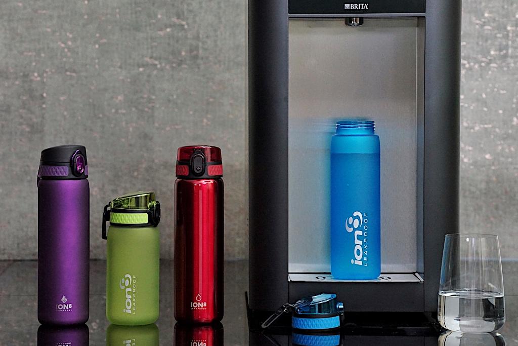 Die auslaufsicheren Ion8 Trinkflaschen werden in verschiedenen Materialien und Farben angeboten