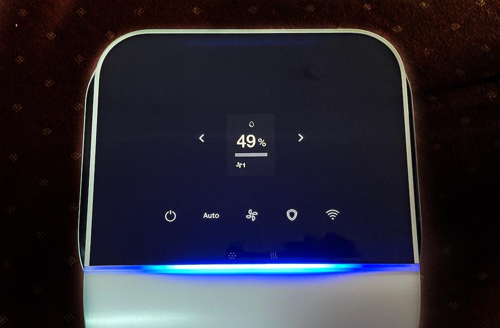 Über das Touch-Display am Kopf des Luftreinigers lassen sich alle Einstellungen vornehmen, aber auch alle Werte werden in Echtzeit angezeigt