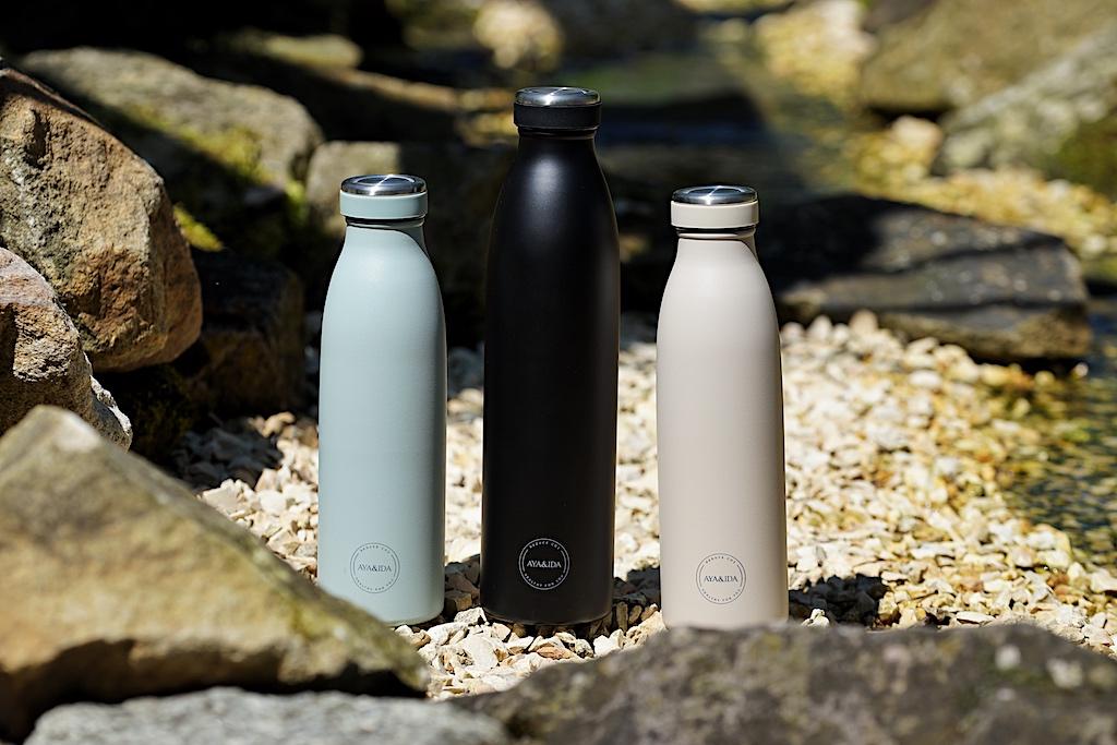 AYA&IDA Trinkflaschen sind klassisch gehalten, in den verschiedenen Farben passen sie zu jedem Look. Die Einfüllöffnung ist verjüngt, was das Auffüllen nicht so einfach macht, aber dafür ist das Trinken umso angenehmer