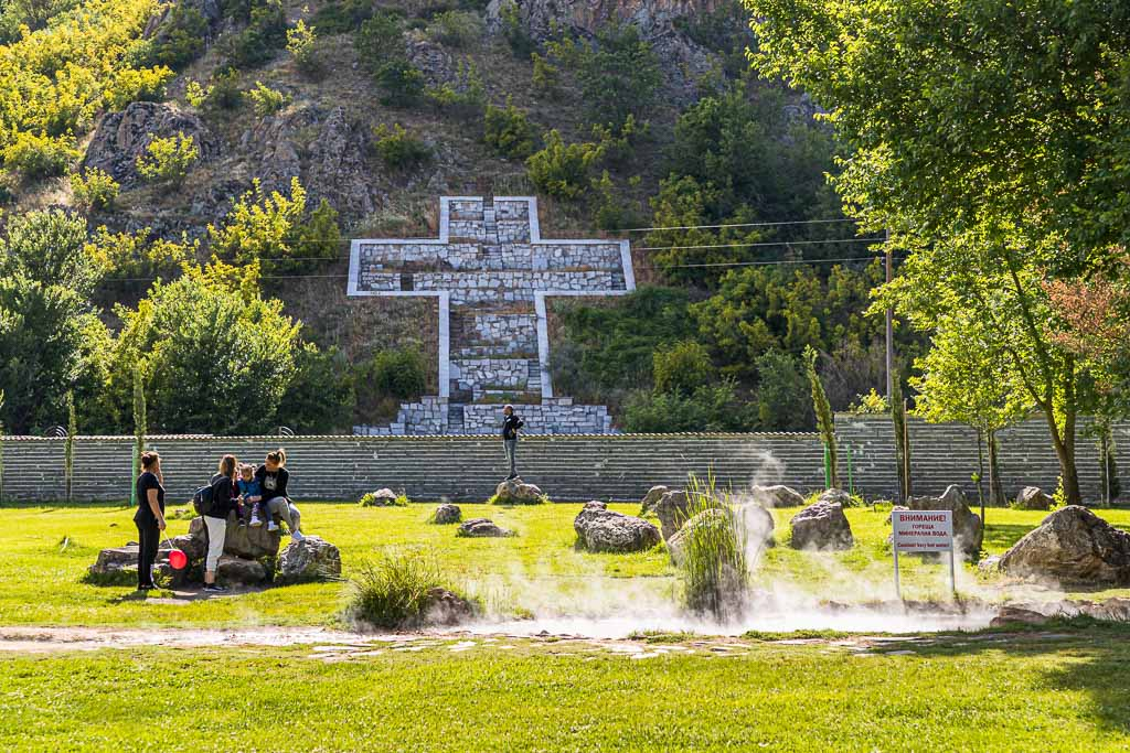 Heiße Quellen auf dem Gelände, das an der Wirkungsstätte von Ewangelia Pandewa Guschterowa, die als Seherin Wanga verehrt wird / © FrontRowSociety.net, Foto: Georg Berg
