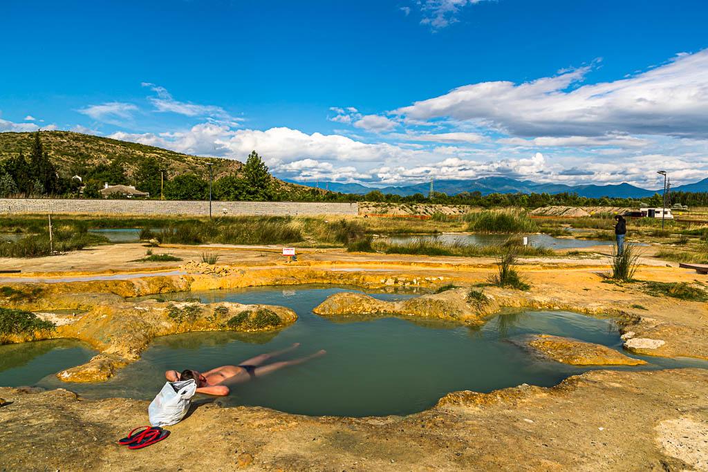 Frei zugängliche Bade-Becken bei Rupite werden von heißen Mineralquellen gespeist. Die angrenzenden Stellplätze für Wohnmobile sind ebenfalls kostenlos / © FrontRowSociety.net, Foto: Georg Berg