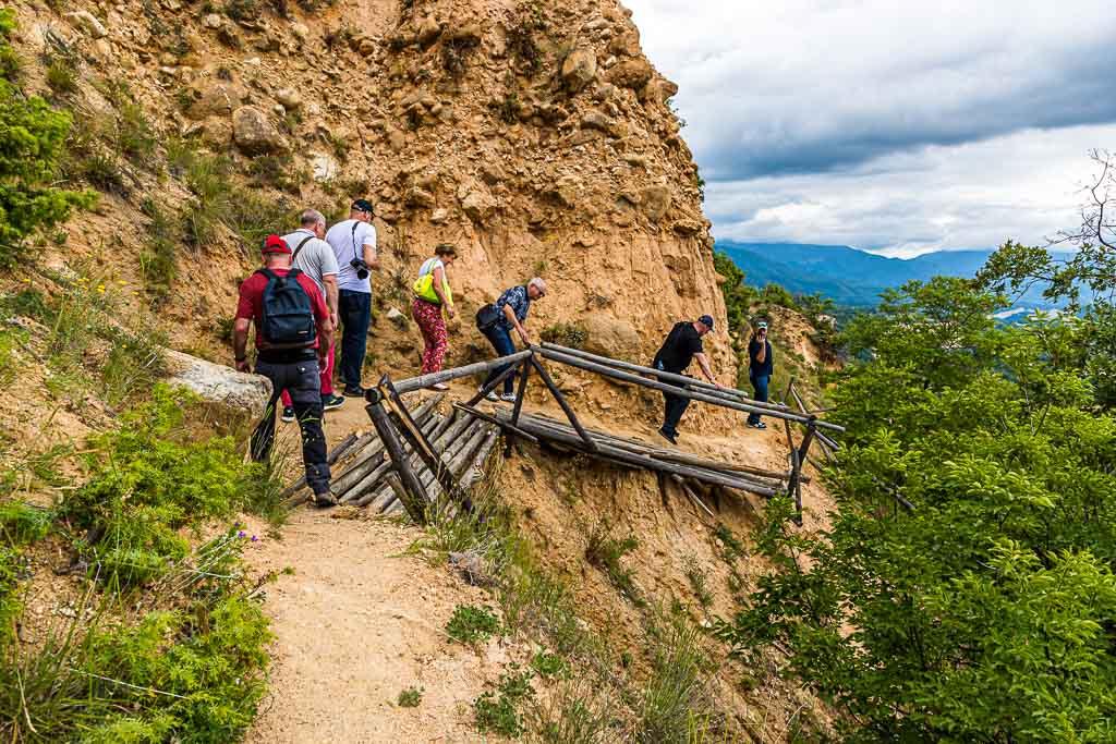 Bei einer Wanderung über die Pyramiden von Melnik wird schnell deutlich, dass die bizarren Formen der Kalksteinfelsen durch Erosion entstanden sind / © FrontRowSociety.net, Foto: Georg Berg