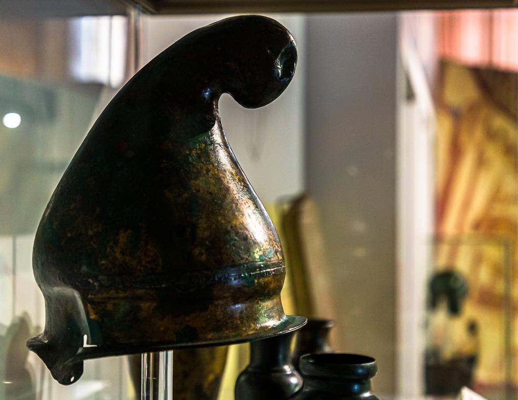 Die typischen Helme der Thraker sind aus Eisen und wie eine Zipfelmütze geformt / © FrontRowSociety.net, Foto: Georg Berg