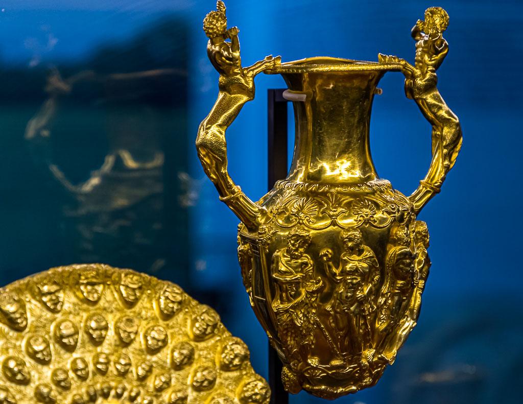 Der Goldschatz von Panagjurischte besteht aus 9 Gefäßen aus purem Gold. Gemeinsames Trinken gehörte zu den rituellen Handlungen thrakischer Fürsten. Die Amphore hat einen runden Boden, auf dem sie nicht stehen kann. Jedoch hat sie unten zwei gegenüberliegende Löcher, aus denen Wein floss, bis das Gefäß leer war / © FrontRowSociety.net, Foto: Georg Berg