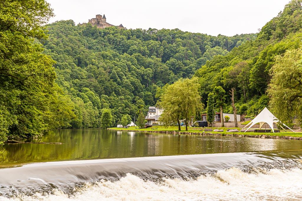 Startpunkt der Tagesetappe ist Bourscheid-Moulin. Am Fluss Sauer gibt es verschiedenen Unterkunftsformen. Vom Hotel über Cottage-Suite mit Flussblick bis zum Campingplatz. Nur die Burg von Bourscheid ist nicht mehr bewohnt / © FrontRowSociety.net, Foto: Georg Berg