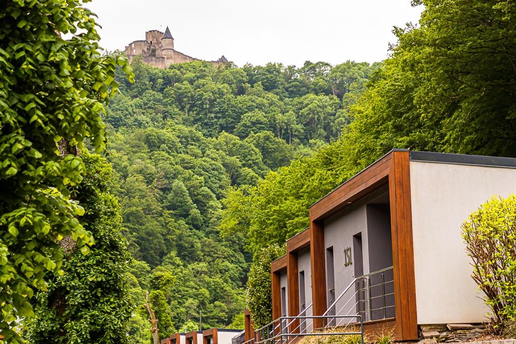 Von Rittern und Reisenden. Hier am Fluss Sauer in Burscheid Plage gibt es schicke Cottage-Suiten mit Blick auf den Fluß sowie Blick auf die Unterkunft aus dem Mittelalter: Burg Burscheid / © FrontRowSociety.net, Foto: Georg Berg