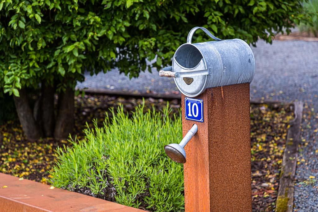 Man bleibt ja unterwegs nicht an jeder rostigen Gießkanne stehen, aber dieser originelle Briefkasten in Berdorf ist schon einen Blick wert. Darüber hinaus bietet Berdorf auch Restaurants und Übernachtungsmöglichkeiten / © FrontRowSociety.net, Foto: Georg Berg
