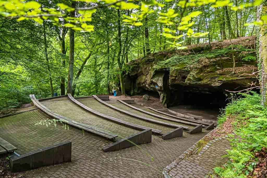 Auch die Bühne des Amphittheaters war früher ein Steinbruch für Mühlsteine / © FrontRowSociety.net, Foto: Georg Berg
