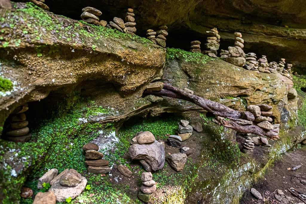 Felsen in groß und in klein. Neben den wuchtigen Felsformationen stößt man hier auch auf unzählige Arrangements von Steinmännchen / © FrontRowSociety.net, Foto: Georg Berg