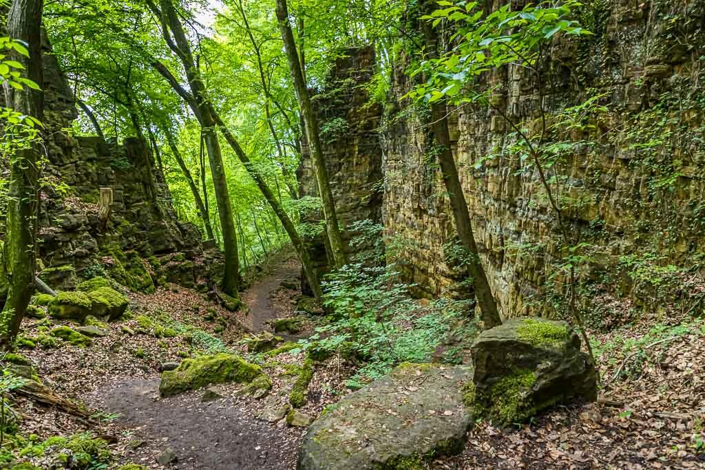Die Felsen rechts und links des Weges kommen immer näher. Die Wolfsschlucht ist nicht mehr weit / © FrontRowSociety.net, Foto: Georg Berg