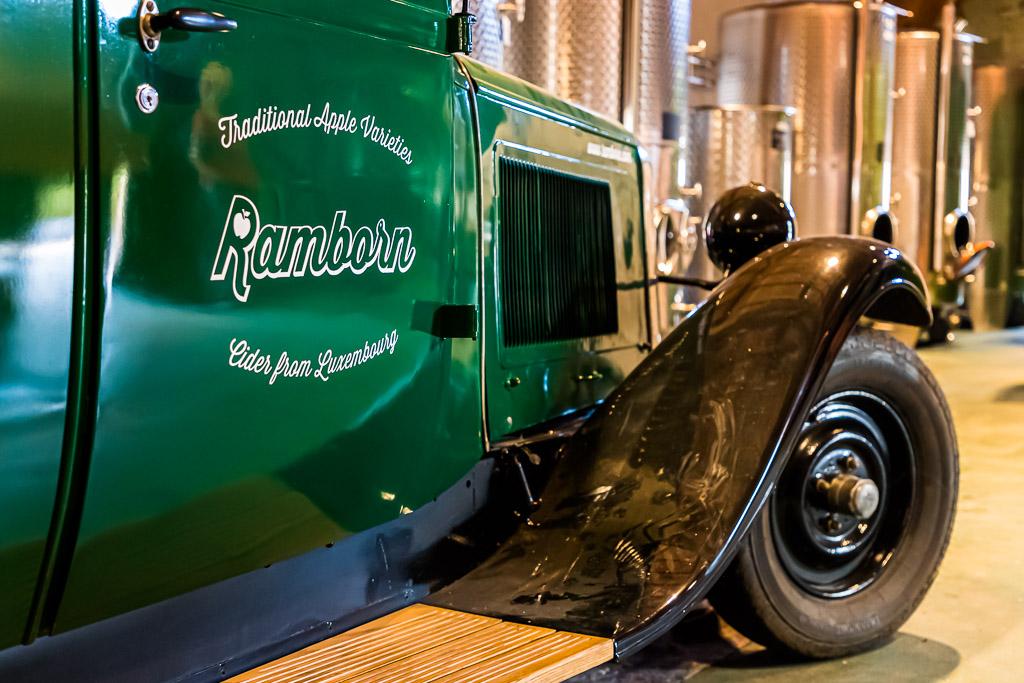 Das Auto ist alt, die Firma aber noch jung. Erst 2015 wurde Ramborn von drei Männern gegründet, deren Wurzeln im kleinen Ort Born liegen / © FrontRowSociety.net, Foto: Georg Berg