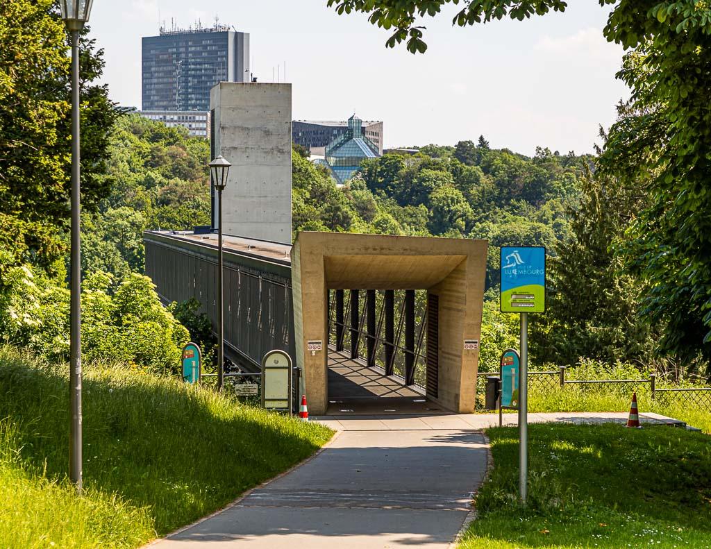 Etagenwechsel in Luxemburg Stadt. Der Aufzug bringt Fußgänger und Fahrradfahrer von der oberen Stadt in das tiefer gelegene Pfaffenthal / © FrontRowSociety.net, Foto: Georg Berg