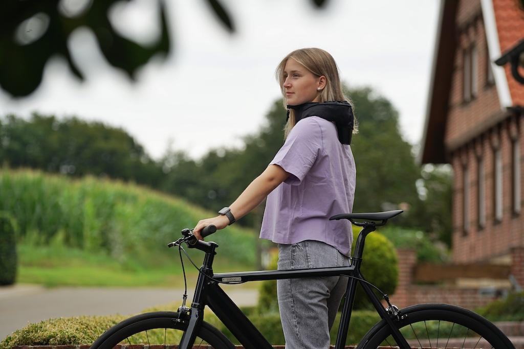 Wer mit dem Rad unterwegs ist, sollte sich stets maximal schützen. Möglich ist das unter anderem mit dem Hoevding Fahrrad-Airbag, dem Helm, den man um den Hals trägt