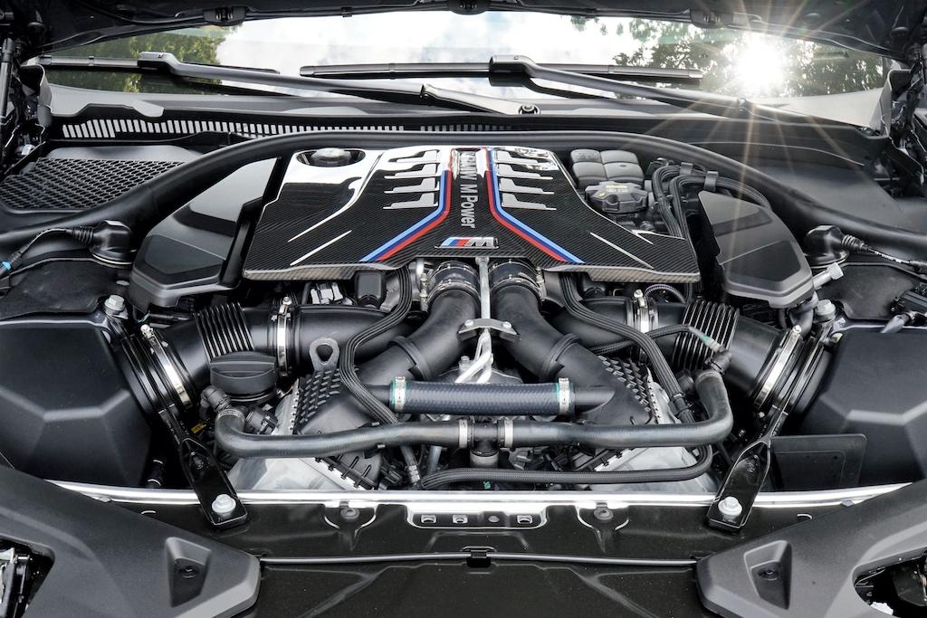 Unter der Motorhaube des BMW M8 Competition arbeitet ein unbändiges 4,4-Liter-Achtzylinder-Biturbo Aggregat