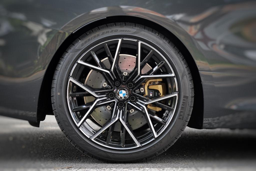 In den 20 Zoll Rädern arbeitet eine überlegende 19 Zoll Keramik-Bremsanlage