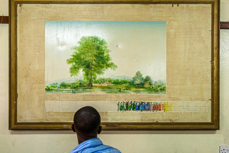 Der Cotton Tree symbolisiert die Befreiung von der Sklaverei. Der beeindruckende Baum steht im Zentrum der Hauptstadt Freetown. Das historische Gemälde ist im benachbarten Nationalmuseum Sierra Leones ausgestellt / © FrontRowSociety.net, Foto: Georg Berg