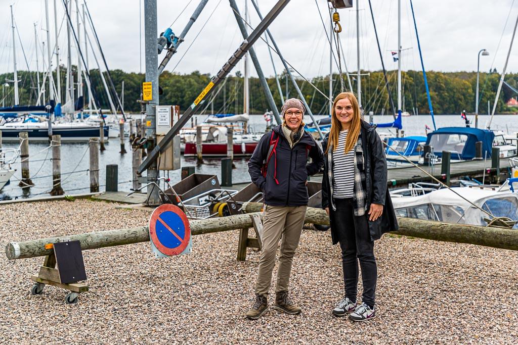 Treffen im Hafen von Troense mit Anne von Vagabond Tours. Sie übergibt uns letzte Informationen und nimmt unser Gepäck entgegen / © FrontRowSociety.net, Foto: Georg Berg