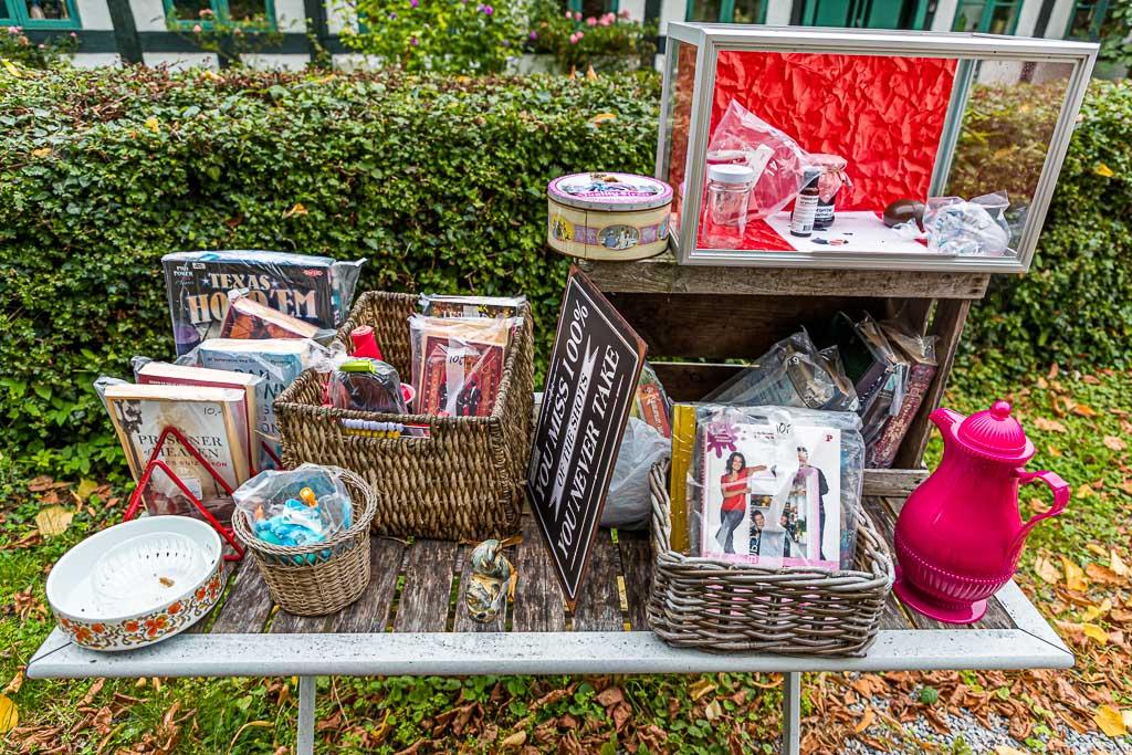 Loppemarked - der Flohmarkt wird auf Fyn und den Nachbarinseln hoch gehalten. Bücher sind vorsichtshalber in Folie verpackt, denn das Wetter kann hier an der Küste schnell umschlagen / © FrontRowSociety.net, Foto: Georg Berg