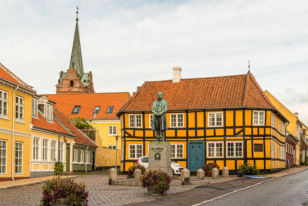 Gänsemarkt in Rudkøbing. Die Statue erinnert an den Pysiker Hans Christian Ørsted. Der Entdecker des Elektromagnetismus wurde 1777 in Rudkøbing als Sohn eines Apothekers geboren / © FrontRowSociety.net, Foto: Georg Berg