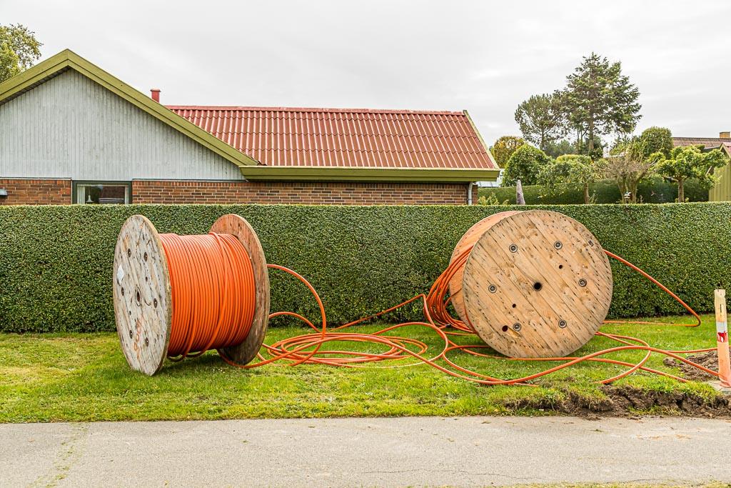 In Tullebölle steckt mehr Fortschritt, als der Name es vermuten lässt. Glasfaserkabel werden in dem verschlafenen Ort an jedes Haus gelegt / © FrontRowSociety.net, Foto: Georg Berg