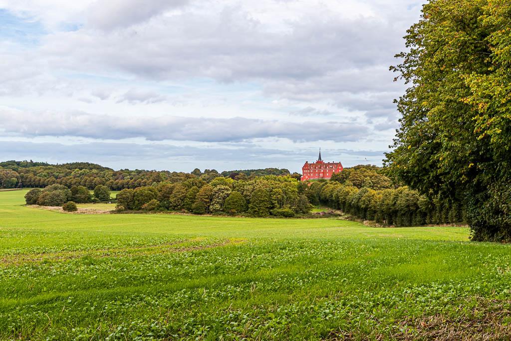 Schloss Tranekær leuchtet rot aus der Parkanlage heraus. Seit dem 13. Jahrhundert gibt es das Schloss an dieser Stelle, das von den Beamten des Königs als Dienstsitz genutzt wurde / © FrontRowSociety.net, Foto: Georg Berg